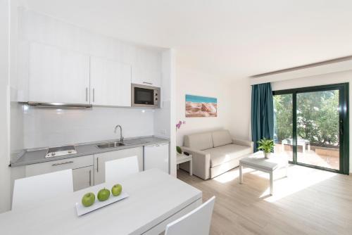 Una cocina o zona de cocina en Hotel THB Flora