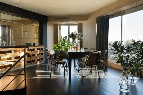 Un restaurante o sitio para comer en Hotel Le Chat Noir
