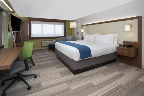 A bed or beds in a room at Holiday Inn Express & Suites - Brenham South