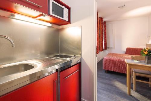 Een keuken of kitchenette bij Family Residence