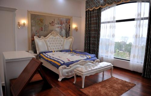 A bed or beds in a room at Countryside Villa