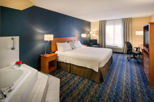 A bed or beds in a room at Fairfield Inn & Suites by Marriott Toronto Brampton