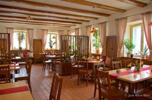 A restaurant or other place to eat at Hotel zum Alten Wirt