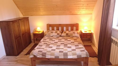 Łóżko lub łóżka w pokoju w obiekcie Chatka Bukowina