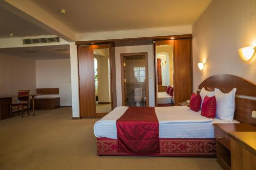A bed or beds in a room at Hotel Sevlievo Plaza