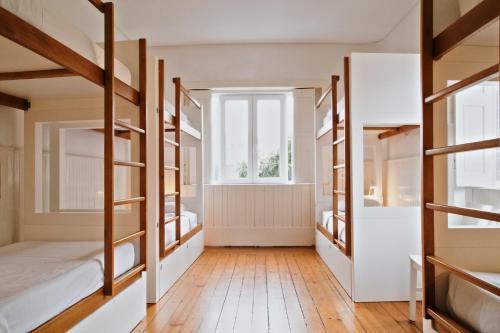 Een stapelbed of stapelbedden in een kamer bij Porto Spot Hostel