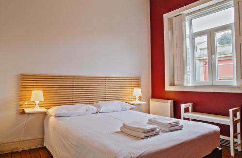 Een bed of bedden in een kamer bij Porto Spot Hostel