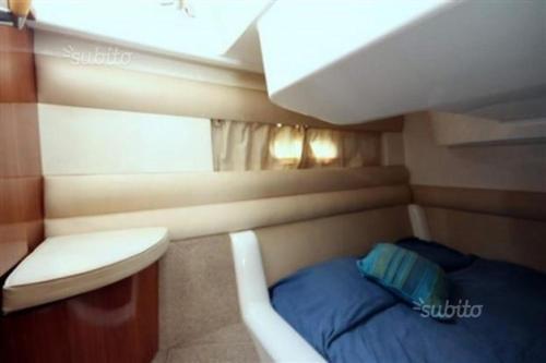 Letto o letti a castello in una camera di Imbarcazione Flybridge Sealine F33 Isole Eolie