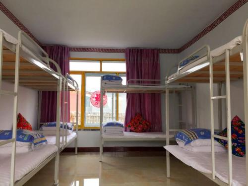 A bunk bed or bunk beds in a room at Jilin Wu Song Dao Jia Xin Hostel