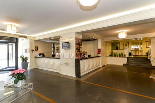 The lobby or reception area at Hotel Londra - Firenze