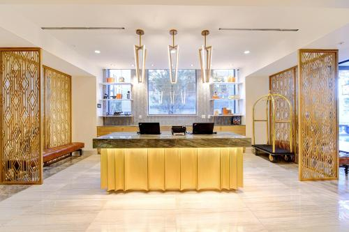 The lobby or reception area at WATERMARK Baton Rouge, Autograph Collection