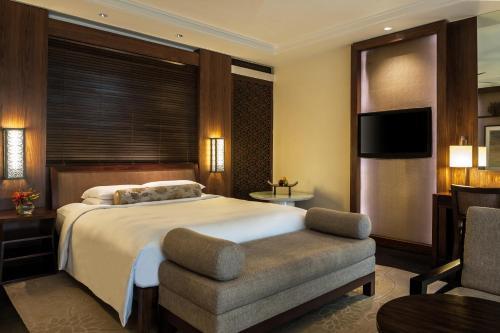 سرير أو أسرّة في غرفة في جراند حياة Goa
