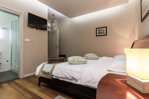 A bed or beds in a room at Scallop Regent Rooms self check-in