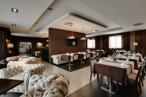 A restaurant or other place to eat at Good Stay Segevold Hotel & Spa