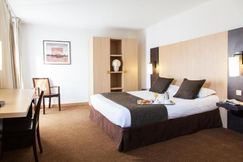 A bed or beds in a room at Hôtel Eliseo