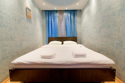 A bed or beds in a room at Five Stars Cozy Studio