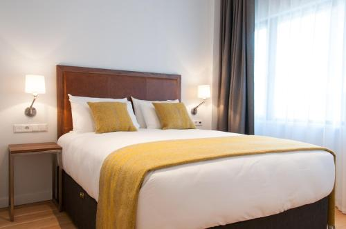 A bed or beds in a room at PREMIER SUITES PLUS Rotterdam