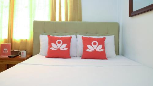 A bed or beds in a room at ZEN Rooms Makati Riverside