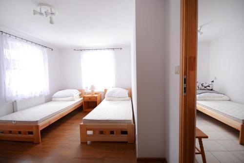 Łóżko lub łóżka w pokoju w obiekcie Mieszkanie gościnne Słodowa