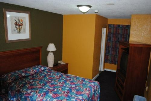 A bed or beds in a room at Atlantic Economy Inn