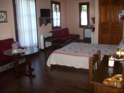 Ένα ή περισσότερα κρεβάτια σε δωμάτιο στο Παραδοσιακός Ξενώνας Αμάλθεια