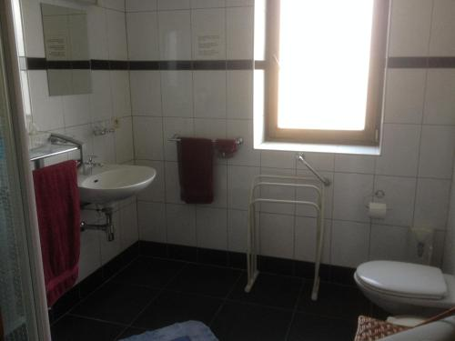 A bathroom at Varlet Farm