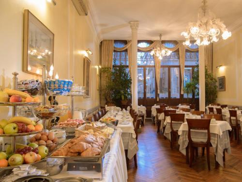Un restaurante o sitio para comer en Centauro Hotel