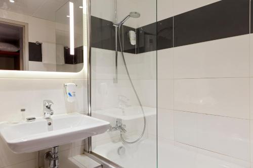 A bathroom at Hotel Inn Design Paris Place d'Italie (ex Timhotel)