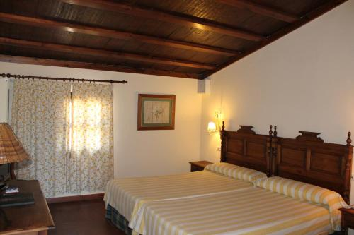 A bed or beds in a room at Hospederia del Zenete