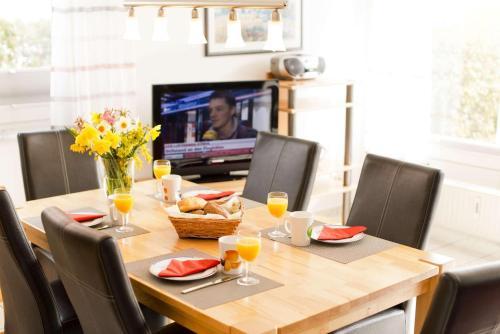 Ein Restaurant oder anderes Speiselokal in der Unterkunft Deich-Residenz App. 1