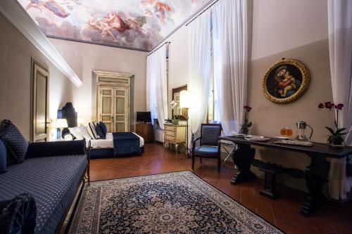 A seating area at Hotel Burchianti