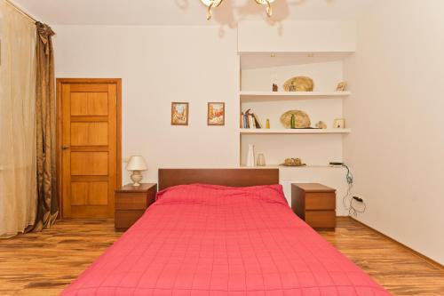 Кровать или кровати в номере Apartments on Piskunova 5