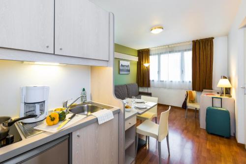 Cuisine ou kitchenette dans l'établissement Aparthotel Adagio Access Rennes Centre
