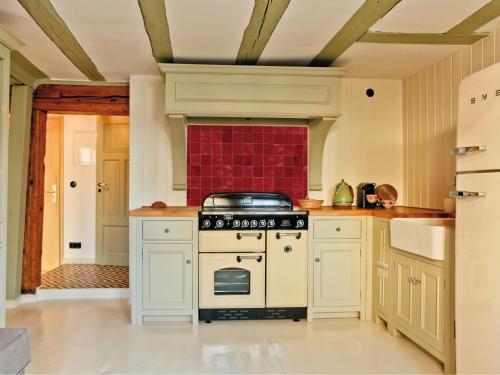 A kitchen or kitchenette at Krämerhaus Suiten