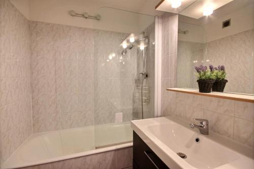 A bathroom at Appartement à 600m des remontées mécaniques, centre Morzine, chalet les Joux