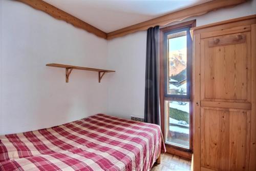 A bed or beds in a room at Appartement à 600m des remontées mécaniques, centre Morzine, chalet les Joux