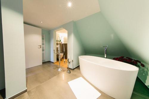 Ein Badezimmer in der Unterkunft Hotel Villa Sorgenfrei & Restaurant Atelier Sanssouci