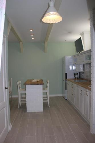 A kitchen or kitchenette at Apartment in Kstovo II