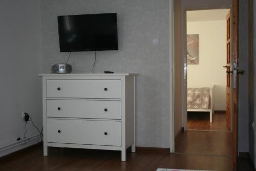 A television and/or entertainment centre at Apartament u Sikorek