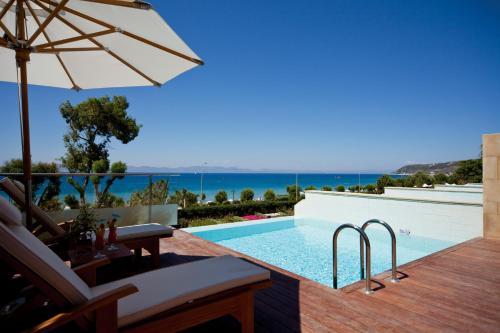Elite Suites by Rhodes Bay tesisinde veya buraya yakın yüzme havuzu