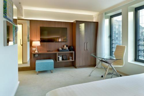 A television and/or entertainment centre at Courtyard by Marriott Brussels EU
