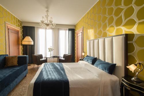Cama ou camas em um quarto em Locanda Leon Bianco on the Grand Canal