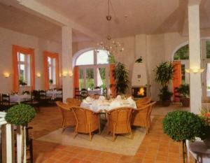 Ein Restaurant oder anderes Speiselokal in der Unterkunft Golfhotel Blaue Ente