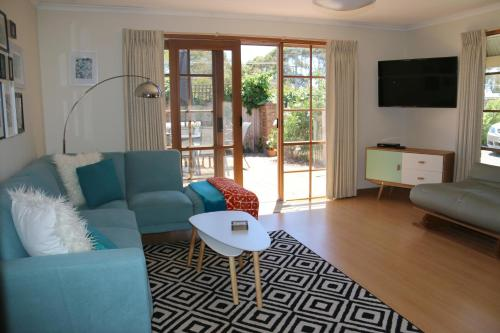 A seating area at Stylish 2 Bedroom Unit