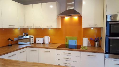 Liverpool Gidlow House Sleeps 8 - Infinity Apartments