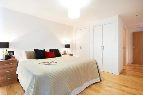 A bed or beds in a room at Watford Centre - Spacious Penthouse