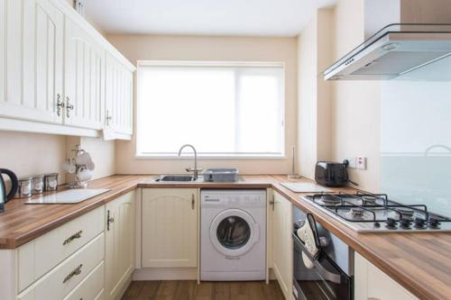 EXECUTIVE SINGLE & DOUBLE ROOMS - Margam, Mountain View, Nr Port Talbot Works, Hospital & Theatre