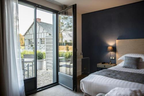 A bed or beds in a room at Hotel de l'Abbaye; BW Premier Collection