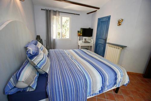 A bed or beds in a room at Le Mas du Péré
