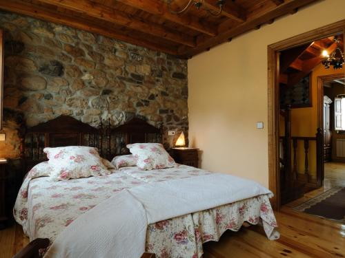 A bed or beds in a room at Casa Guela